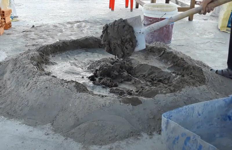Trộn đều hỗn hợp vữa: xi măng, cát và nước