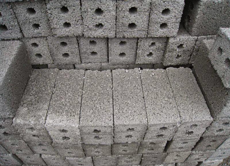Là loại gạch được sản xuất từ xỉ than là chính được nén cùng với vôi hoặc xi măng để chúng kết dính lại với nhau.