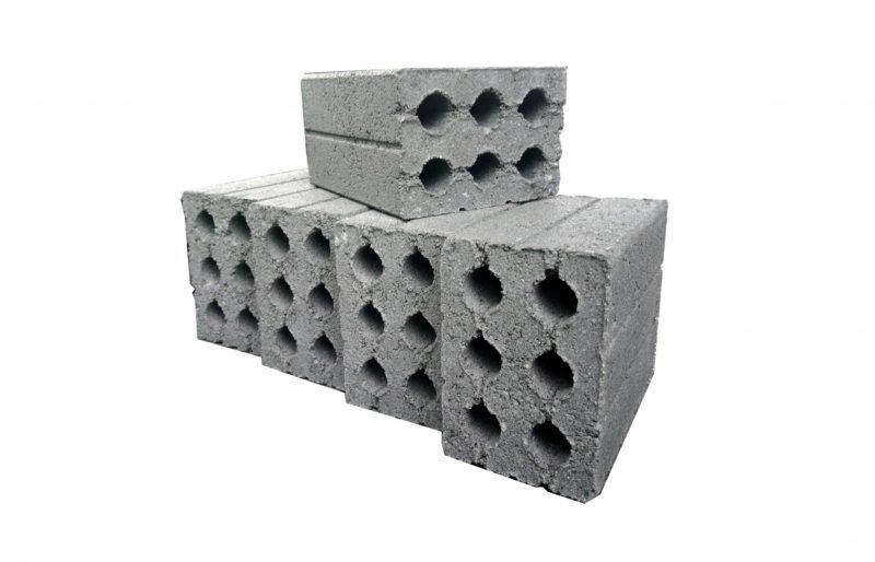 Gạch Block hay còn gọi là gạch bê tông bao gồm các loại vật liệu như: xi măng, mạt đá, cát xây dựng cùng các vật liệu khác.